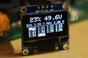 OLED Display vom Akkucontroller - markiert werden die größte und kleinste Spannung - die kleinste wird für die Kapazitätsanzeige verwendet